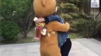 网红熊竟然敢抱别的小姐姐, 女朋友果断生气了, 后果很严重