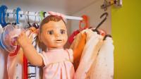 萌娃小可爱的玩具宝宝还会帮忙挑选衣服呢! 真是个聪明的乖宝宝!