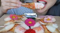 美女吃美味的螃蟹钳子, 竟还拿起花吃起来, 网友笑了: 还有这波操作?