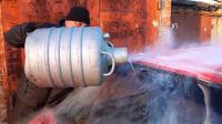 俄罗斯大叔往冰冻的玻璃上倒-196℃液氮, 这是嫌玻璃冻得不够惨?