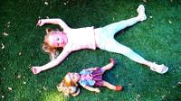 萌娃小可爱带着玩偶去游乐场玩耍, 两个小家伙玩的可真是开心呢!