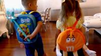 熊孩子用魔法棒把萌娃小可爱书包里的文具变成了橙子, 真是调皮呢!