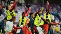 国足2: 1大胜泰国 赛后国足将士谢场