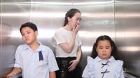老师与学生同乘电梯, 没忍住放了个屁, 2学生竟为这个争了起来
