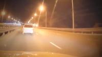 狗坚强 狗狗遭遇车祸 起身猛追肇事者 开车请注意安全!