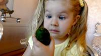 熊孩子用魔法棒把萌娃小可爱书包里的文具变成了蔬菜和水果, 萌娃: 咱们走着瞧!