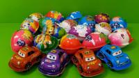 亲子玩具拆汽车模型奇趣蛋视频,拆出了迷你滑板和弹射卡片玩具!