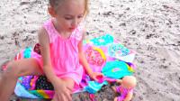 萌娃小可爱带着宝宝去沙滩玩耍!—萌娃:宝宝你饿了吗?姐姐给你做好吃的吧!