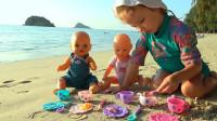 萌娃小可爱带着玩具宝宝们去沙滩野炊,萌娃:姐姐给你们做好吃的!