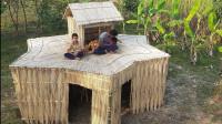 户外用黄麻搭建小屋,看上去还挺好玩,坐在上面吃饭很惬意!