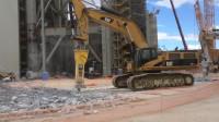 大挖掘机配上破碎锤,粉碎水泥地,效率出奇的高!