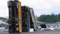 汽车也玩多米诺骨?老外飙车一脚油门撞翻3辆公交,比谁更惨?