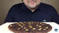 大胃王吃巧克力披萨,巧克力和芝士相结合的味道怎么样呢?网友:真想尝尝味道