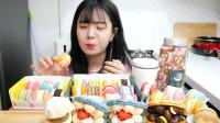 美女独享甜品大餐:一桌子的马卡龙大快朵颐,网友:看满满的少女心
