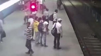 小偷抢手机跳下铁轨男子追赶惨遭火车碾压