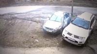 如此惨烈的车祸能生还 监控拍下这样的一幕 开车请注意安全!