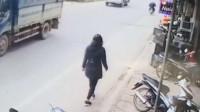 轿车失控冲向人行道女子与死神擦肩而过