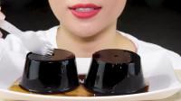 """小姐姐吃2个黑色""""仙草冻"""",口感独特还去火,网友:不知是什么味道的"""