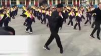 英美网友大赞中国校长带学生跳鬼步舞:太聪明!该引进到学校