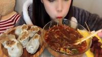 """吃播:小学妹吃重庆""""最""""好吃的酸辣粉,大口大口吸入,贼过瘾!"""