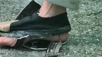男子跟踪美女,鞋底被踩掉,紧接着又踩碎碗,这真够倒霉的