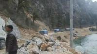 重型卡车在青藏高原悬崖峭壁边经过,重卡车队经过悬崖边陡峭的山路