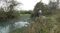 小莫河道野钓遇到鱼群了,两小时不到就钓八九斤鱼,这下发财了!