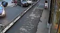 愚蠢的女司机随意开车门,电动车大哥就这样命丧车底!