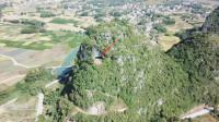 航拍神秘的广西寺庙,建在悬崖山洞中,看地形是狮子抬头宝地吗?