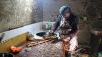 农村腊月末华子一家劈完柴,妈妈炸过年油果子,华子帮忙烧火