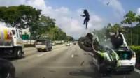摩托车撞上抛锚的汽车 竟然连人带车飞出10几米远