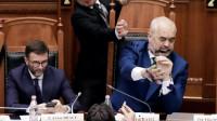 阿尔巴尼亚议会再现骚乱 总理遭反对党议员泼墨水