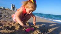 萌娃小可爱去到了美丽的沙滩玩耍,还见到了天空下彩蛋的有趣景象!