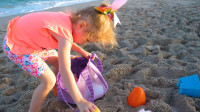 萌娃小可爱在沙滩寻宝,找到了许多漂亮的彩蛋,萌娃:彩蛋里面藏着萌萌的小玩偶呢!