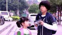 傻男孩拍照被老板抢走相机,可小女孩一句话,老板的态度立马变了