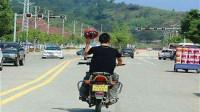 男子单手骑摩托车耍酷撞上斜坡被甩飞在地