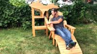 外国木匠发明自动啤酒椅,一抬手就喝到啤酒,果然懒人发明多