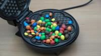 把MM豆放在电饼铛中,MM豆会是什么下场?一起见识下!