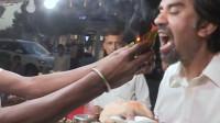 印度的奇葩饮食,现场制作火焰槟榔,很多人都跃跃欲试