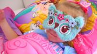 萌娃小可爱给玩偶搭了一张漂亮的小床,萌娃:小家伙该睡午觉了哟!
