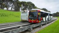 国外为公交车打造专用轨道,成本比地铁低,再也不怕堵车!