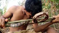 男子野外求生,抓条蛇烤着吃充饥,感觉这蛇肉很有嚼劲