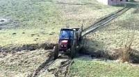 拖拉机过水沟爬坡,司机直接往上冲,下一秒尴尬了