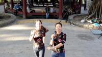 街头艺人小宜和罗拉演唱《花桥流水》,唱的好听极了