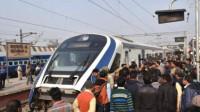 印度首辆国产高铁运营第二天抛锚 称撞上牛群