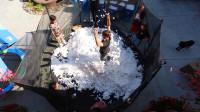 小哥挑战跳进200万颗棉花球中,像是躺在云彩上一样!想一起玩!