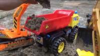 玩具总动员:挖掘机与翻斗车一起工作的动画视频