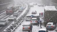 大雪天,高速路发生车祸有多可怕?想下车都没有机会!