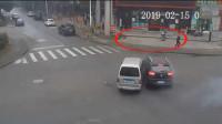 两车路口相撞 发出巨响 吓坏路边小狗及行人