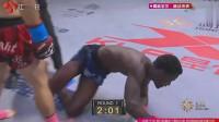 黑人拳手先犯规击打后脑再趁说话偷袭武警狙击手反手将其秒杀KO